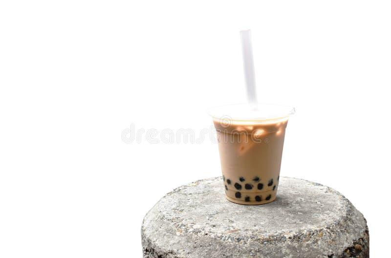 Bebida famosa de la burbuja de la perla del tra frío de la leche en Taiwán en roca fotografía de archivo libre de regalías