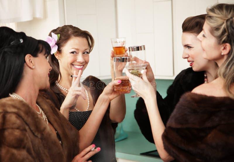 Bebida feliz das donas de casa na cozinha fotos de stock royalty free
