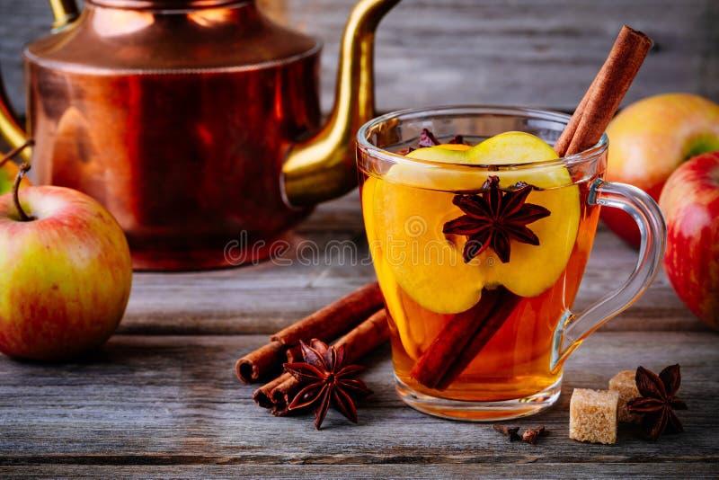 Bebida ferventada com especiarias quente da sidra de maçã com vara, cravos-da-índia e anis de canela imagens de stock