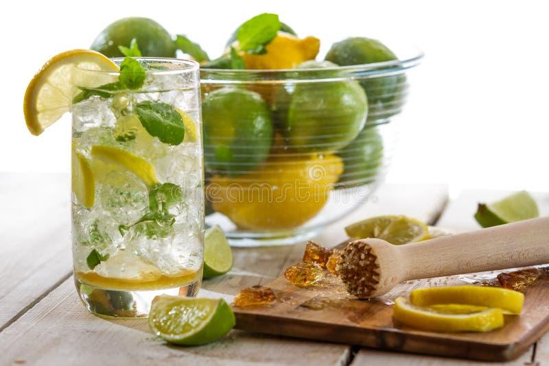 Bebida fría con la fruta cítrica imagenes de archivo