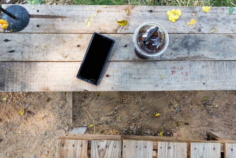 Bebida fría en forma de vida de madera de la tabla en naturaleza imágenes de archivo libres de regalías