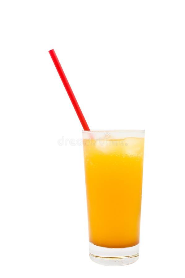 Bebida fría en vidrio del aTall con una paja roja fotografía de archivo libre de regalías