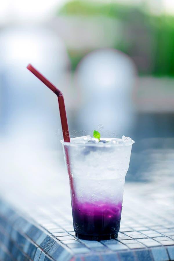 Bebida fría fresca con el arándano y la soda dulce, fríos en la piscina Bebida sana en un estilo rústico fotografía de archivo libre de regalías