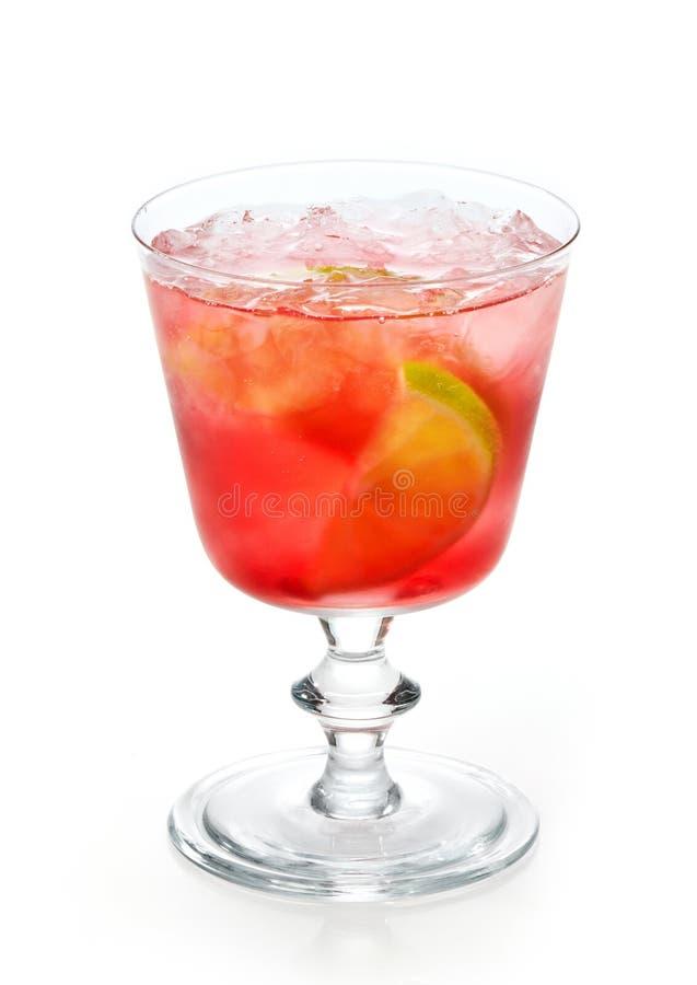 Bebida fría roja con hielo y cal foto de archivo