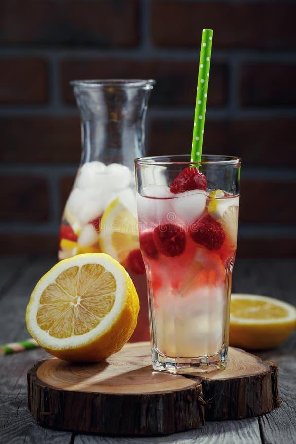 Bebida fresca com framboesas, fatias de limão fotografia de stock