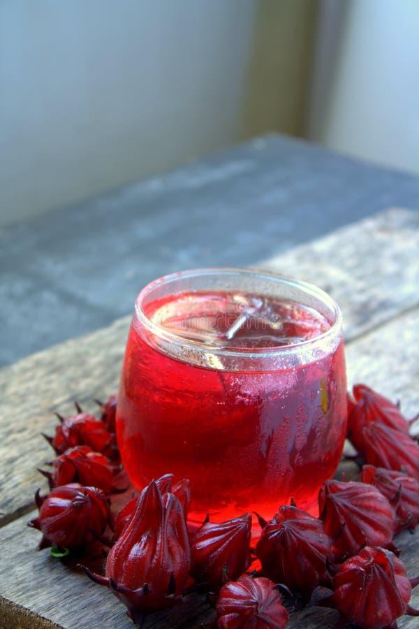 Bebida fresca de Rosella ou de fruto do roselle imagens de stock royalty free