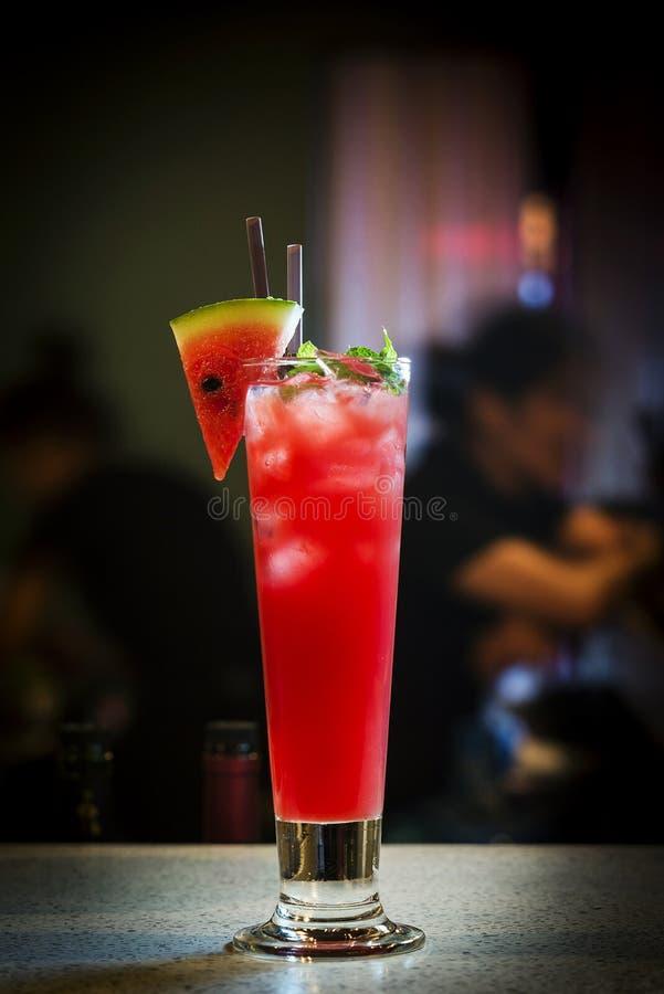 Bebida fresca del cóctel del jugo y de la vodka de la sandía foto de archivo libre de regalías