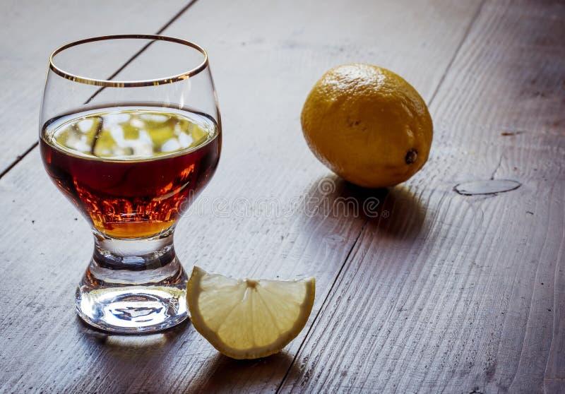 Bebida fuerte del alcohol de Brown para la relajación y club nocturno con el limón fotos de archivo libres de regalías