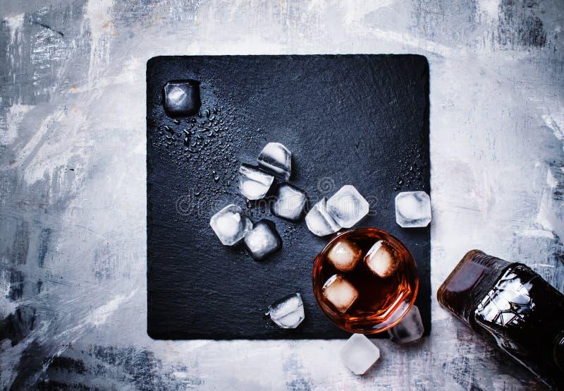 Bebida fuerte fría con hielo en vidrio, visión superior foto de archivo