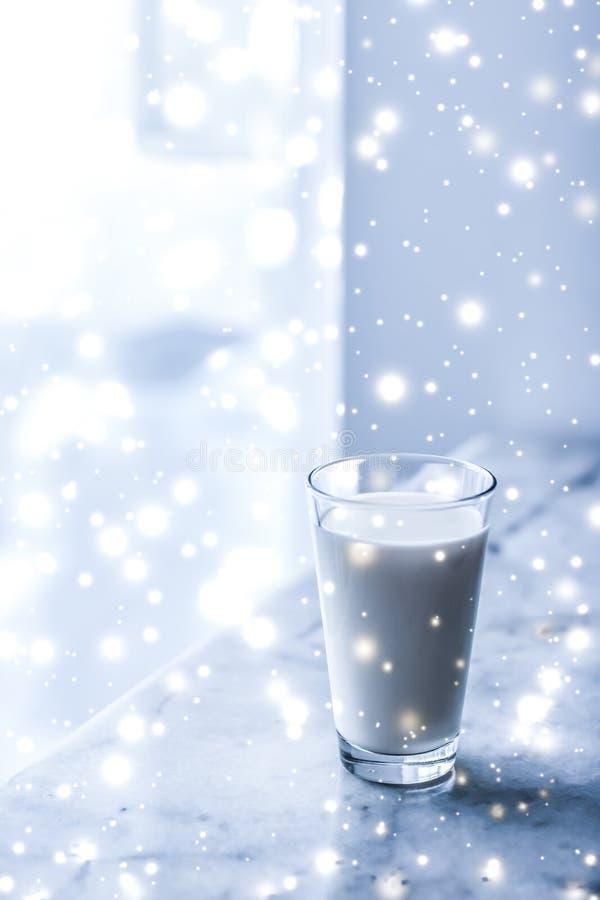 Bebida mágica del día de fiesta, leche sin lactosa orgánica de colada en el vidrio en la tabla de mármol imagenes de archivo
