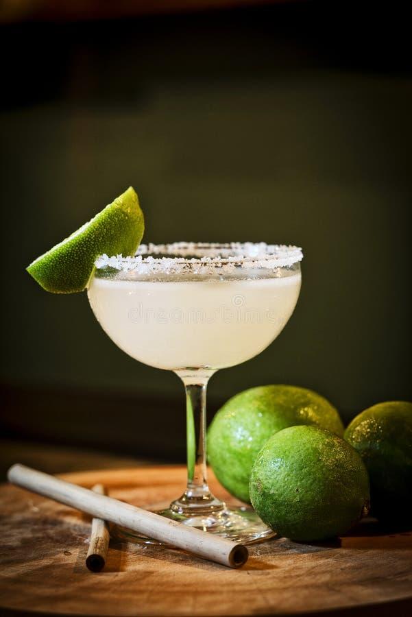 Bebida mexicana del cóctel del margarita de la cal del limón en barra fotos de archivo