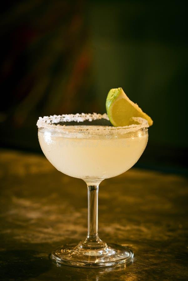Bebida mexicana do cocktail do margarita do cal do limão na barra foto de stock