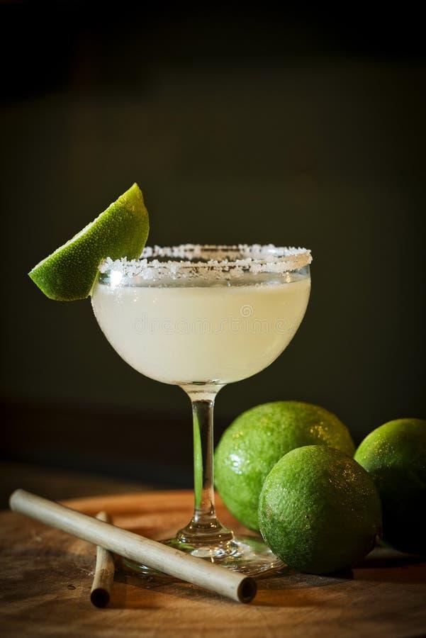 Bebida mexicana do cocktail do margarita do cal do limão na barra imagem de stock royalty free
