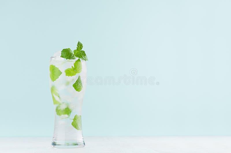 Bebida mineral fria de refrescamento da aptidão com hortelã verde, cubos de gelo, água gasosa no vidro misted no interior moderno imagem de stock royalty free