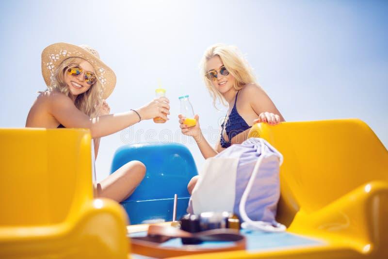 Bebida a nós! foto de stock