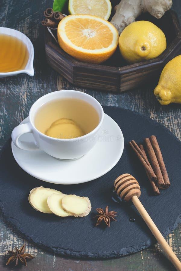 Bebida natural de impulso da vitamina da imunidade quente do gengibre com citrino, mel e canela e ingredientes imagens de stock