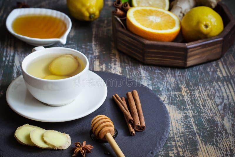 Bebida natural de impulso da vitamina da imunidade quente do gengibre com citrino, mel e canela e ingredientes fotos de stock royalty free