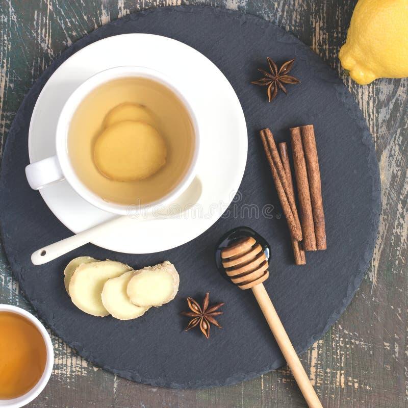 Bebida natural de impulso da vitamina da imunidade quente do gengibre com limão, mel e canela e ingredientes foto de stock royalty free