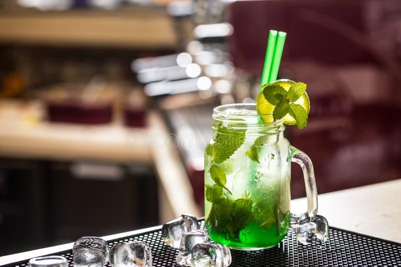 Bebida ou limonada de Mojito com as folhas de hortelã no barcounter foto de stock royalty free