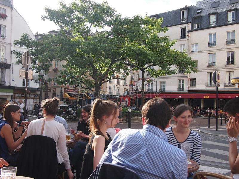 Bebida parisiense dos estudantes no sol imagens de stock royalty free