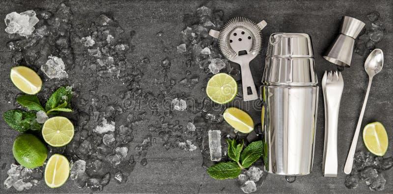 Bebida que hace las herramientas Los ingredientes para el cóctel abonan con cal, acuñan, hielan foto de archivo libre de regalías