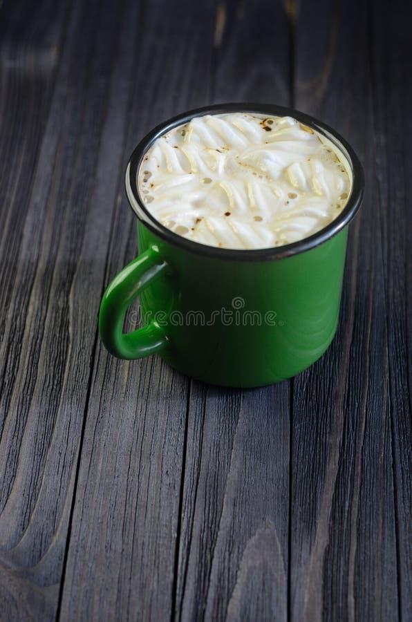 Bebida quente com os marshmallows brancos no preto fotografia de stock royalty free