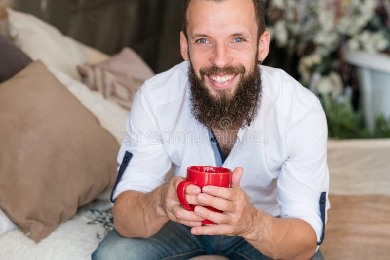 Bebida quente de sorriso do homem dos happinesss do bom dia imagem de stock