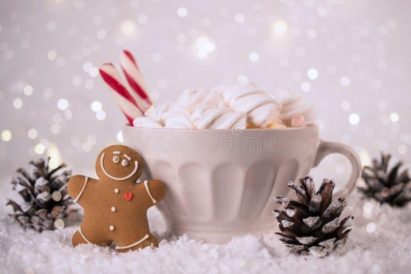 Bebida quente do inverno, cacau com marshmallows e cookies do homem de pão-de-espécie, fundo festivo picante do chocolate quente foto de stock royalty free