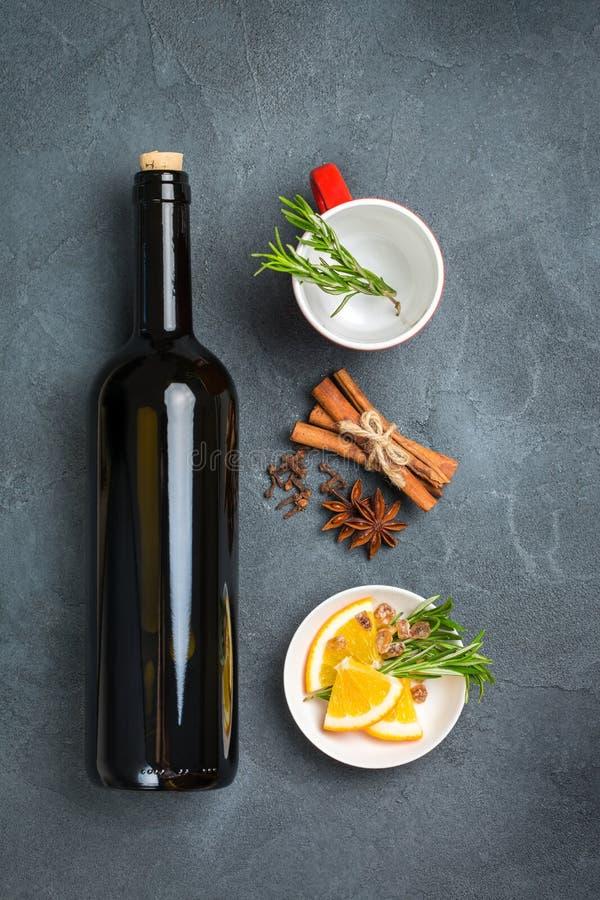 Bebida quente do Natal, ingredientes ferventados com especiarias do vinho foto de stock