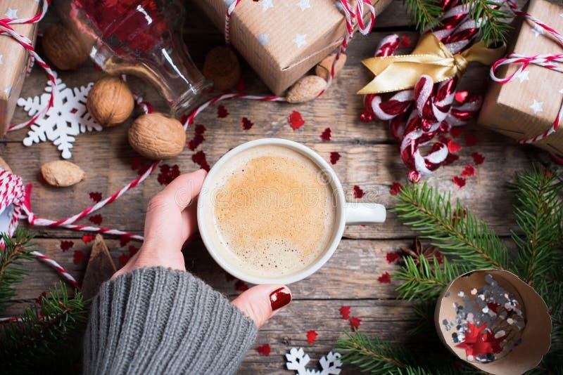 A bebida quente do Natal no copo apresenta o fundo fotografia de stock royalty free