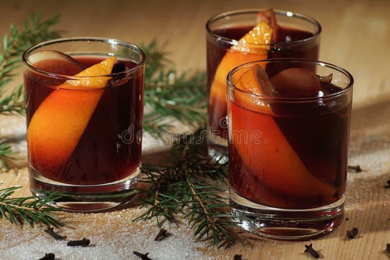 Bebida quente do vinho Vinho morno do Natal Vinho ferventado com especiarias com as laranjas fotografia de stock