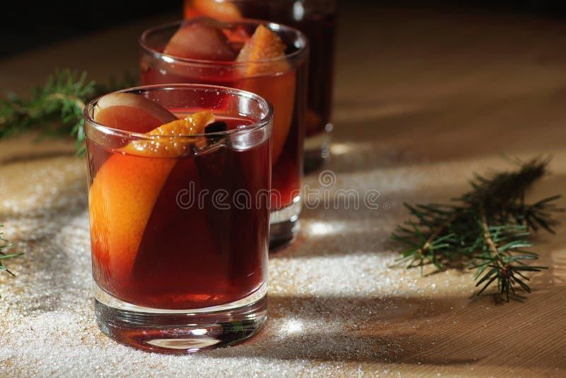 Bebida quente do vinho Vinho morno do Natal Vinho ferventado com especiarias com as laranjas imagem de stock royalty free