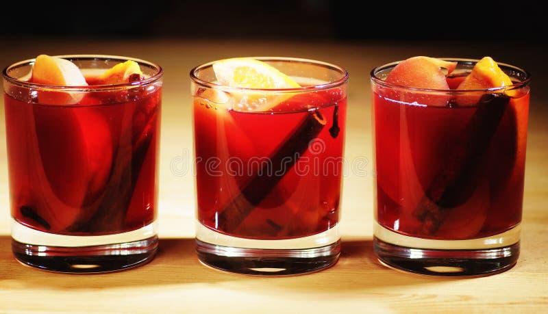Bebida quente do vinho Vinho morno do Natal Vinho ferventado com especiarias com as laranjas imagens de stock