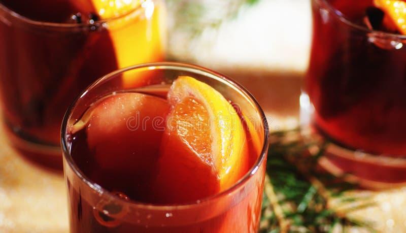 Bebida quente do vinho Vinho morno do Natal Vinho ferventado com especiarias com as laranjas foto de stock royalty free