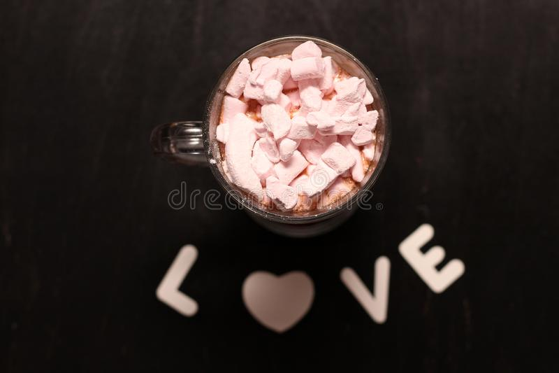 bebida quente em um copo de vidro com marshmallows cor-de-rosa imagens de stock