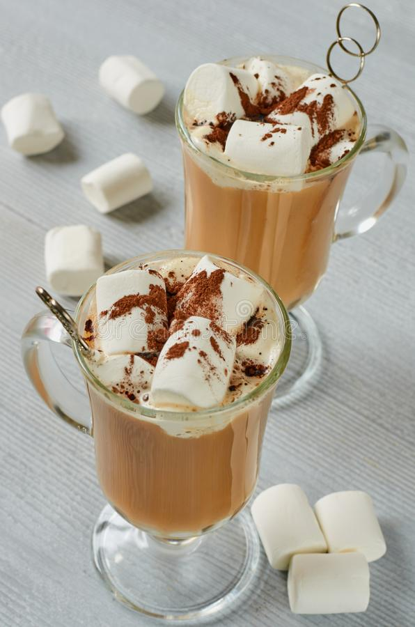 Bebida quente tradicional do inverno ou cocktail saudável do Natal - latte picante ou cacau com pó e marshmallows do chocolate fotos de stock royalty free