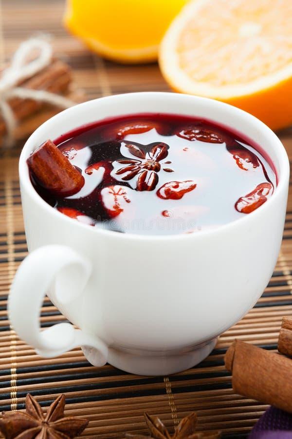 Bebida quente tradicional do vinho morno com especiarias imagens de stock royalty free
