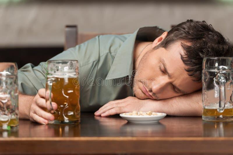 Bebida responsable. Retrato de los hombres borrachos que se sientan en el pub con fotografía de archivo libre de regalías
