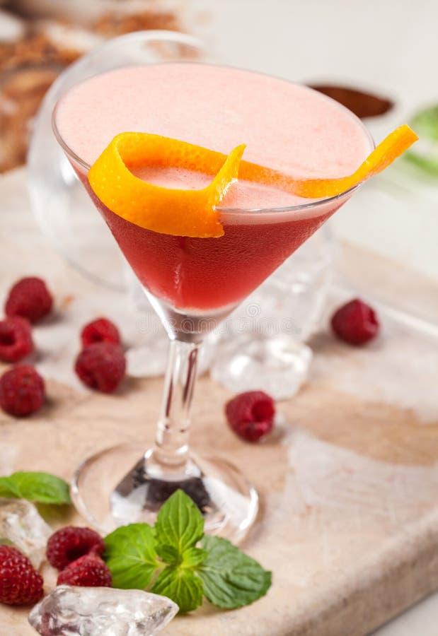 Bebida roja con las frambuesas y la fruta de la pasión imagen de archivo libre de regalías