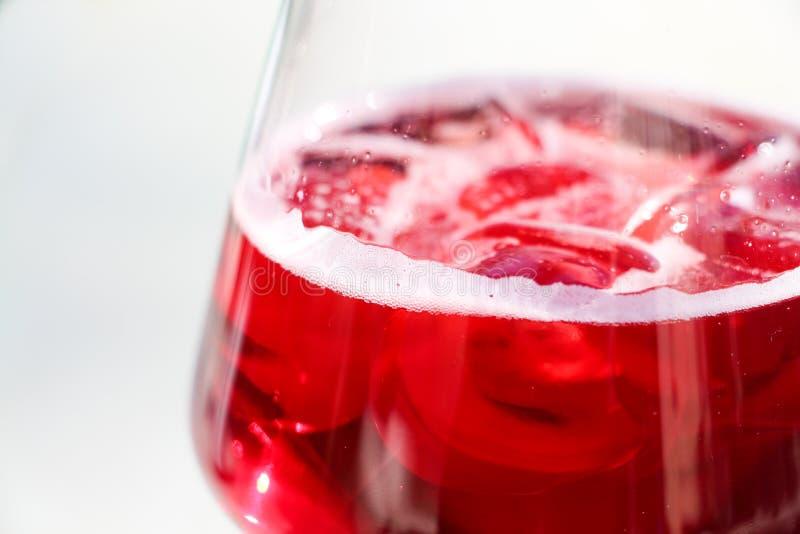 Bebida roja con los cubos de hielo fotografía de archivo
