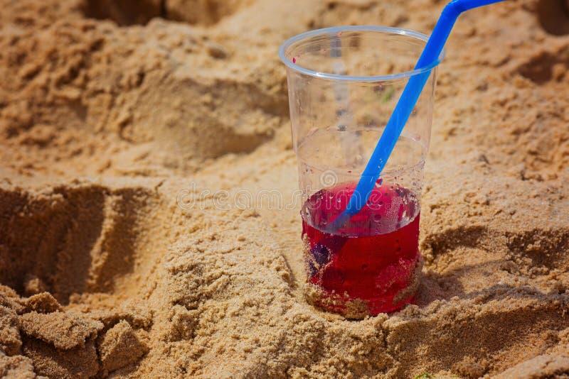 Bebida roja, dulce, fresca en el verano para todo el mundo en la playa, la tarde durante los días de fiesta imagenes de archivo