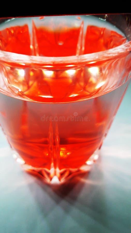 Bebida roja en vidrio foto de archivo