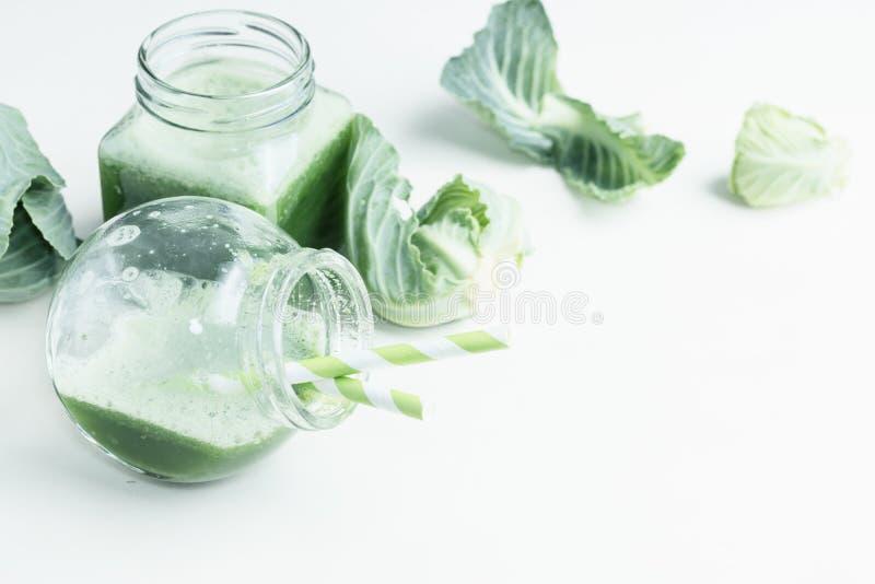 Bebida sana verde de la col en blanco Comida vegetariana imagen de archivo