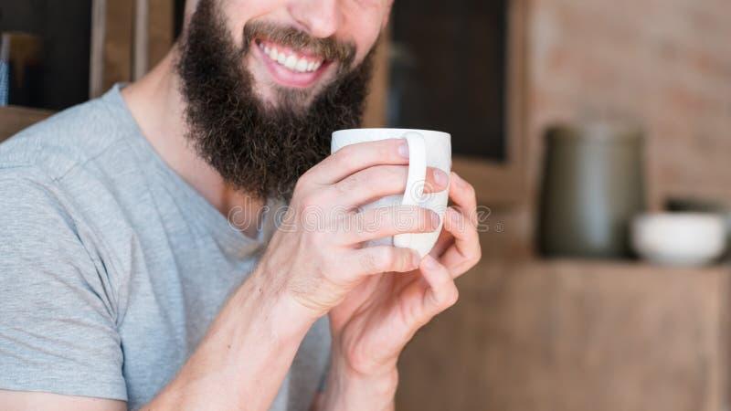 Bebida sonriente del hombre de la intimidad del hogar del día de la mañana fotografía de archivo