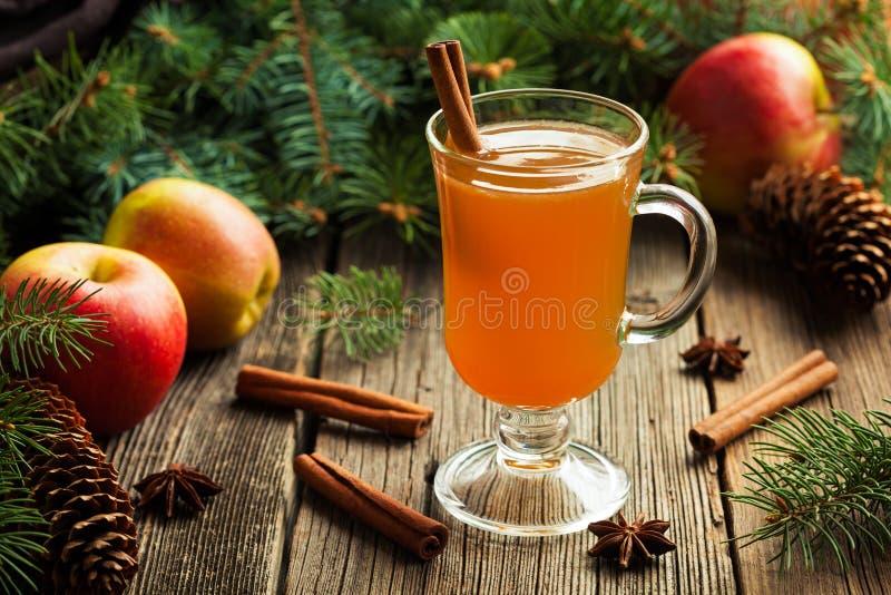 Bebida tradicional da estação do inverno da sidra de maçã quente fotografia de stock