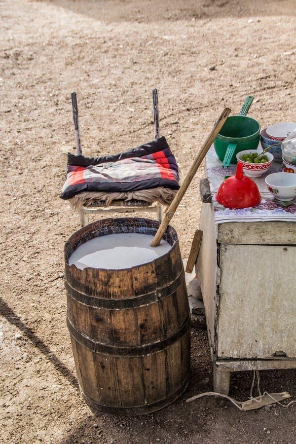 Bebida tradicional de Kumis- A Kirgiz fotografía de archivo