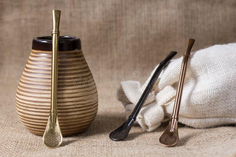 Bebida tradicional del compañero del yerba con los accesorios fotografía de archivo libre de regalías