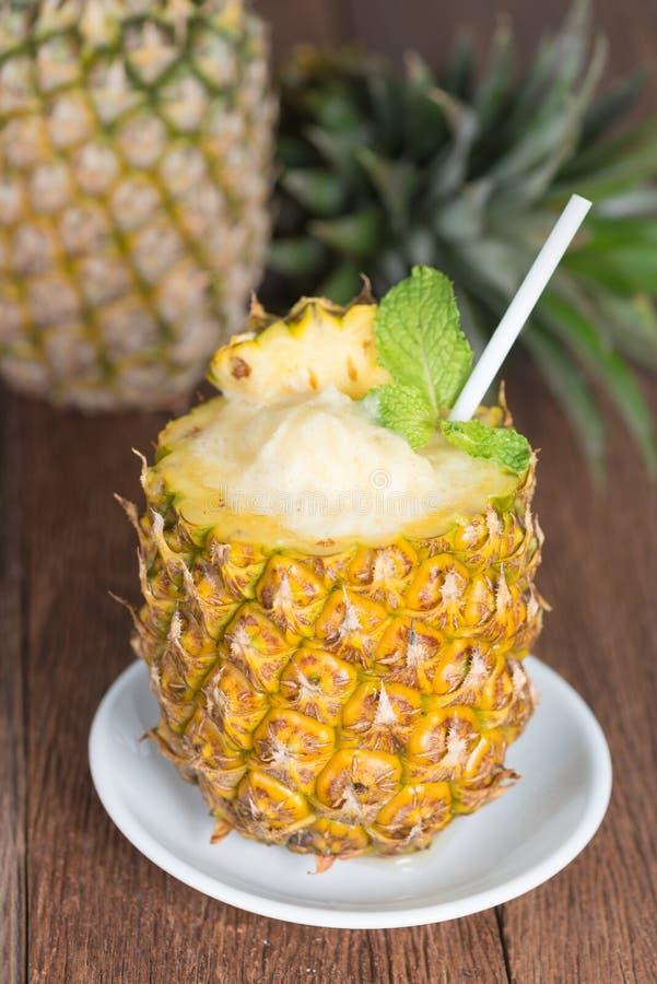 Bebida tropical, batido do abacaxi com abacaxi fresco fotos de stock royalty free