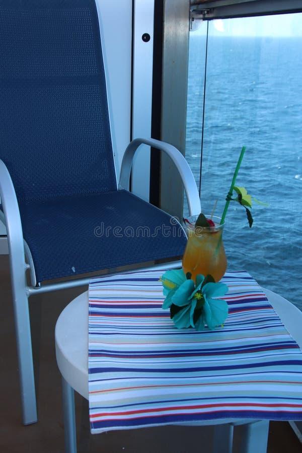 Bebida tropical con la fruta y el fondo azul del océano foto de archivo libre de regalías