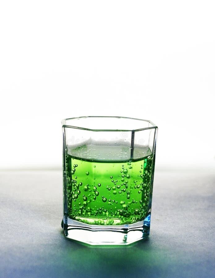 Bebida verde efervescente   fotografía de archivo